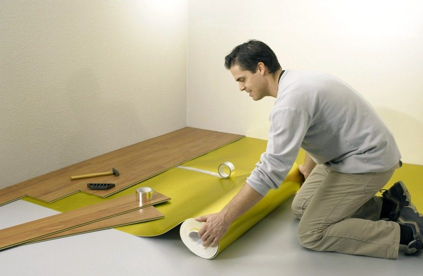Подложка, застеленная под ламинат, обеспечивает высокий уровень тепло-, звуко- и гидроизоляции