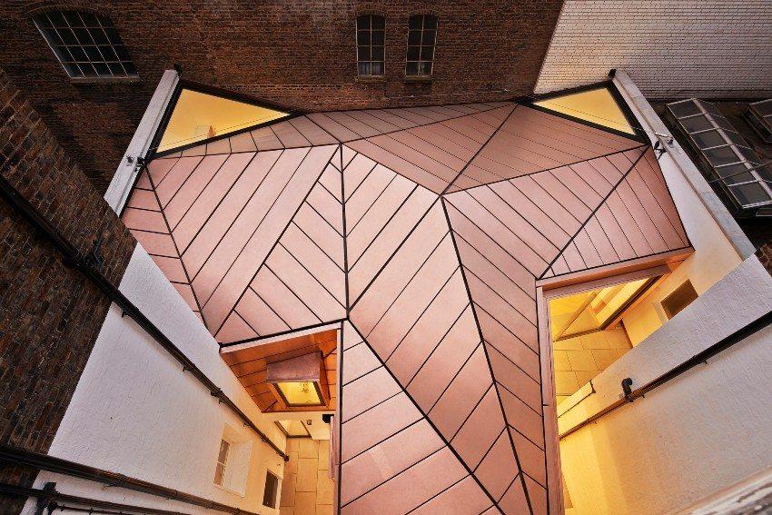 Крыша укрыта листовым материалом из меди