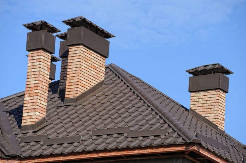 Крыша оформлена с использованием металлочерепицы с профилем Банга