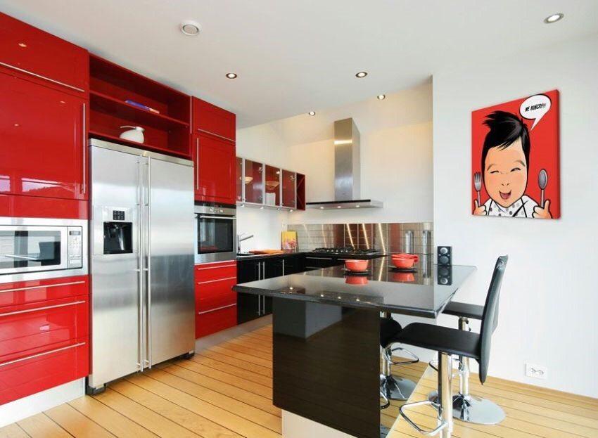 Ламинированный пол на кухне с ярким интерьером