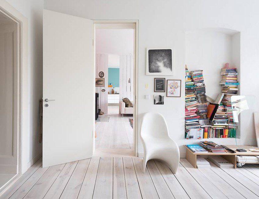 Лаконичное сочетание светлого ламината с белой дверью