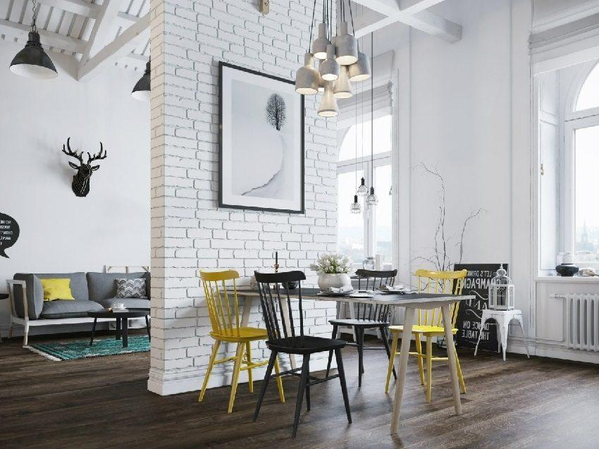 Современный интерьер с темным ламинатом в квартире-студии