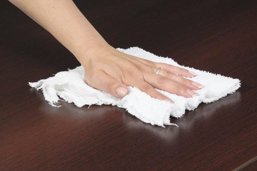 Очистку поверхности ламината осуществляют с помощью мягкой ткани