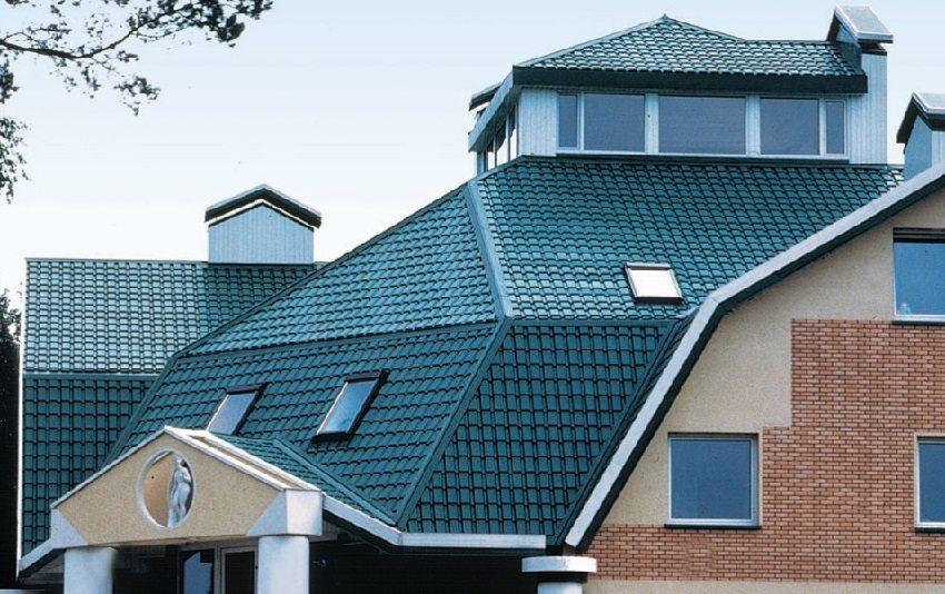 Яркая крыша загородного дома