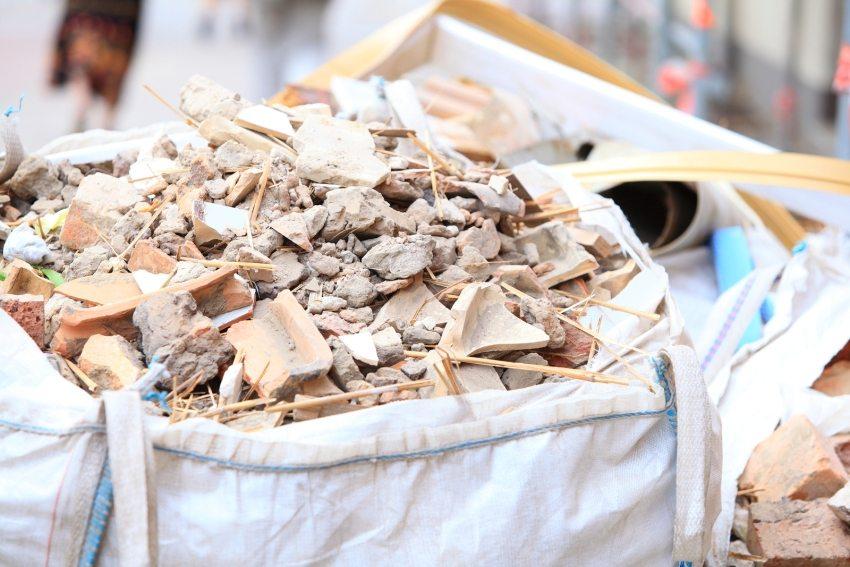 Вывоз строительного мусора регулируется законодательными нормами, за невыполнение которых предусмотрен штраф в размере от 3000 рублей