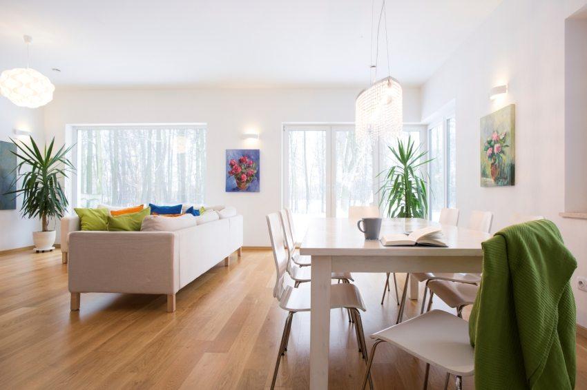 Совмещение кухни и столовой позволило получить просторную обеденную зону