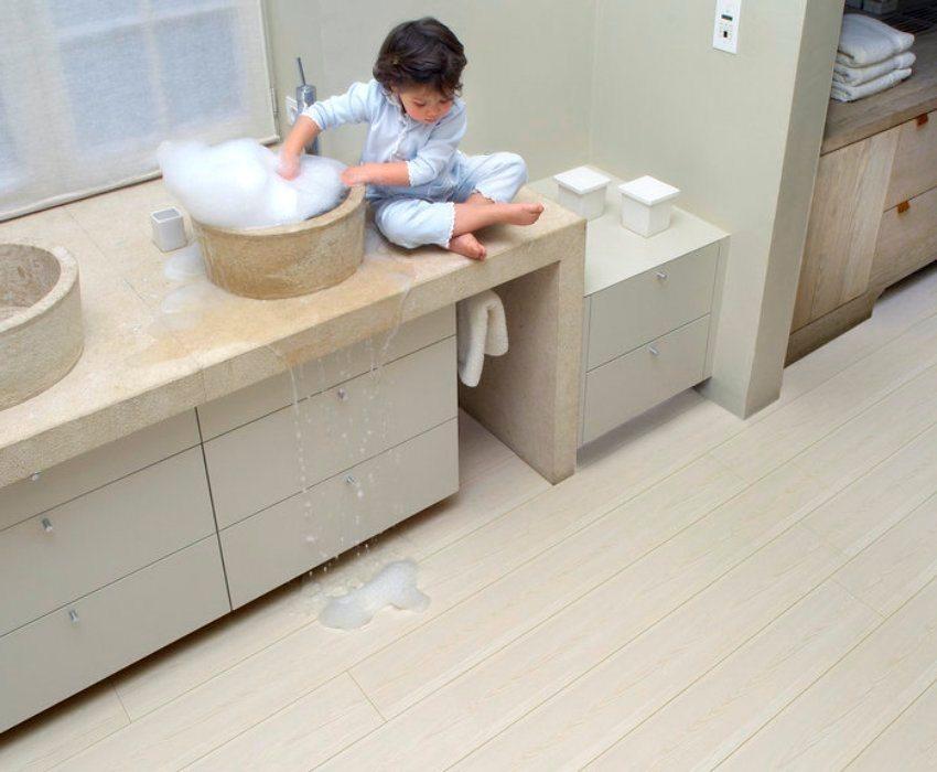 Для укладки в ванной комнате использован влагостойкий ламинат