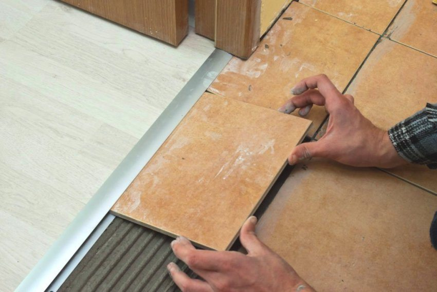 Подгонка плитки под уже установленный стыковочный профиль