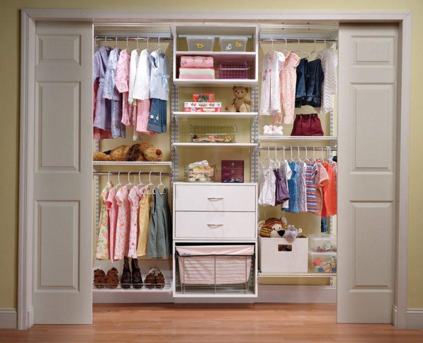 Детская гардеробная комната с откатными дверями