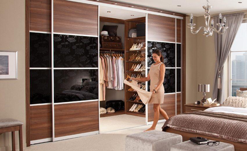 Двери гардеробной выполнены из ламинированных ДСП и дополнены стеклянными вставками