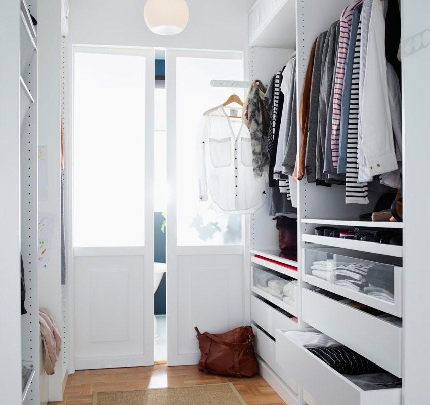 Раздвижные двери со стеклянными вставками в гардеробной