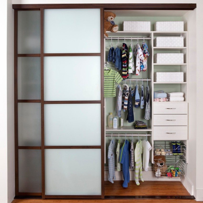 Двери для гардеробной изготовлены из дерева и стекла