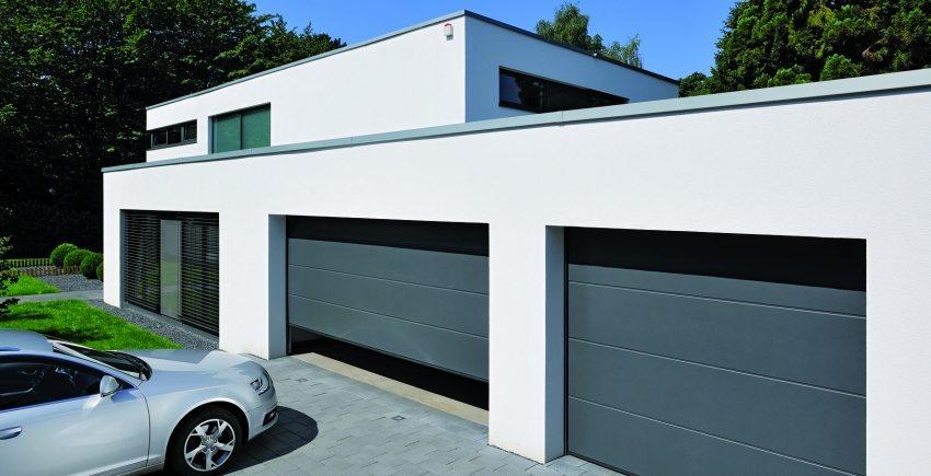 Элегантные секционные ворота с электроприводом открываются вертикально вверх и следуют по потолку гаража