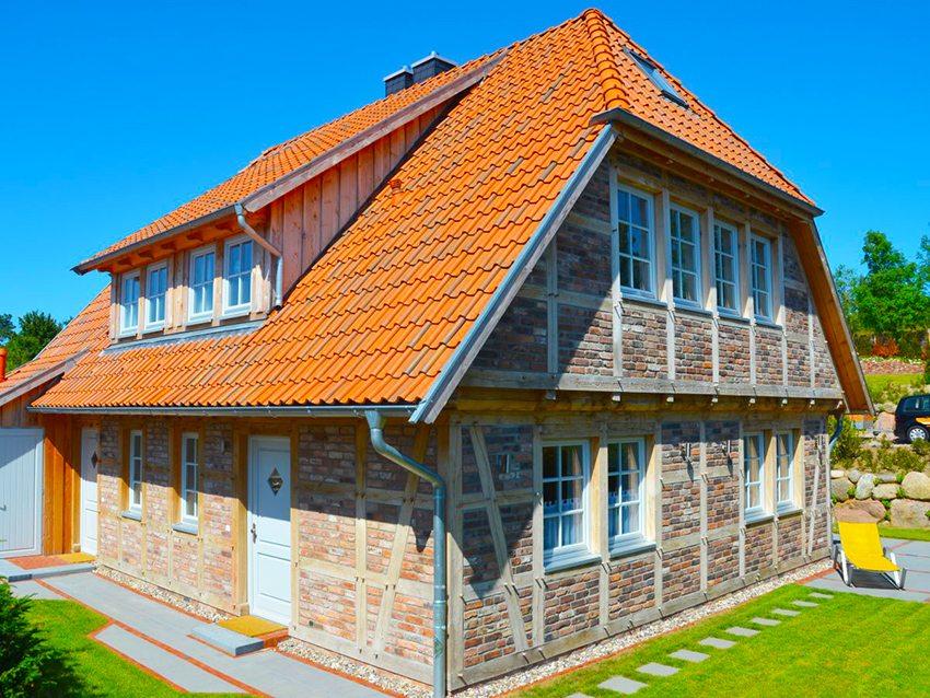 Для полувальмовой крыши с мансардой используется кровля из металлочерепицы