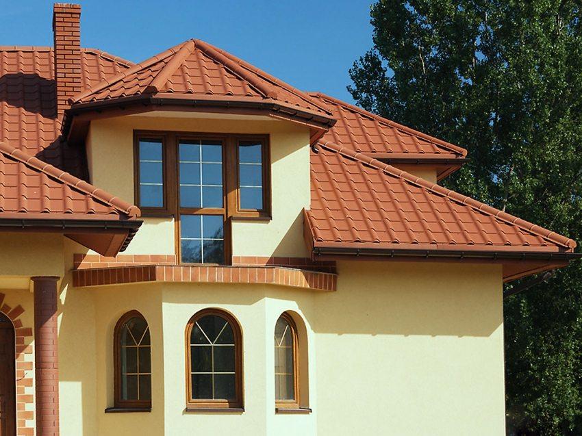 Металлочерепица для вальмовой крыши с эркером