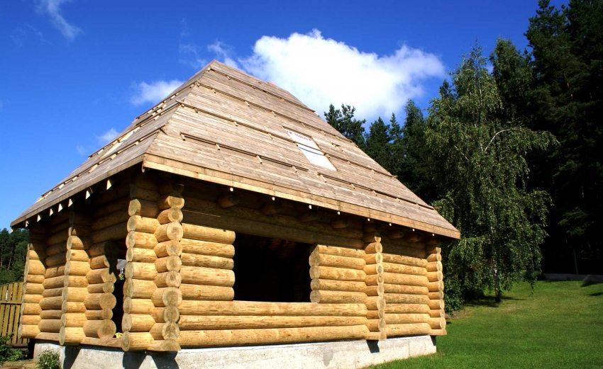 Деревянный дом с четырехскатной вальмовой кровлей