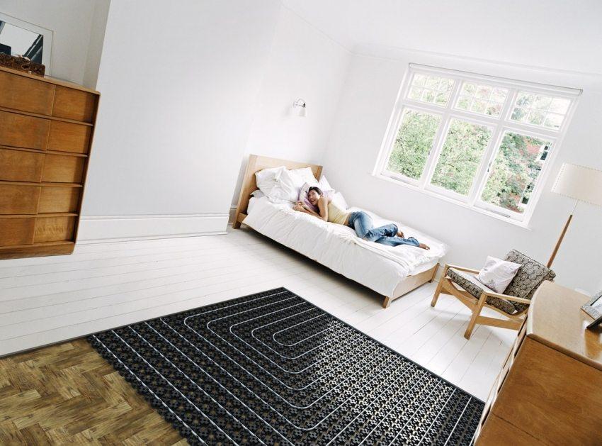 Водяной теплый пол в спальной комнате