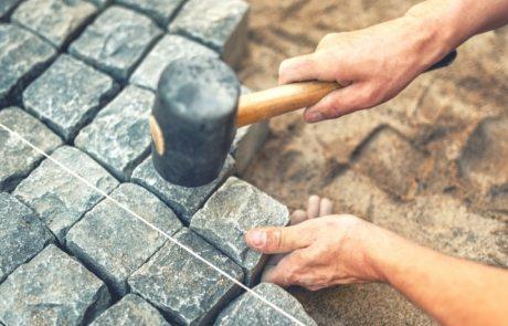Укладка брусчатки своими руками: пошаговая инструкция мощения дорожек