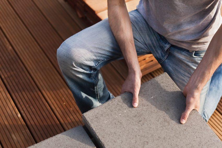 Базальтовая плитка часто используется для оформления придомовой территории