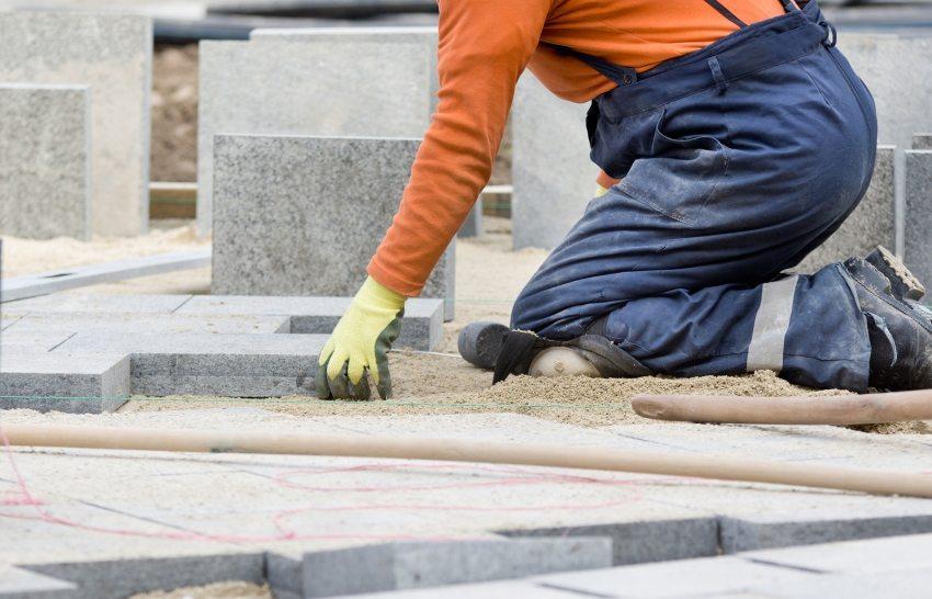 Процесс мощения тротуара плиткой из гранита