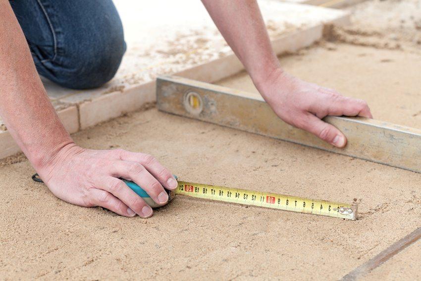 Выравнивание основания с помощью цементно-песчаной смеси