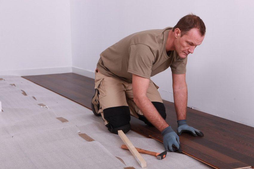 Укладка ламината на бетонный пол – процедура довольно распространенная и относительно простая для самостоятельного выполнения