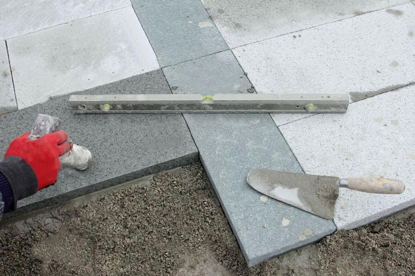 Укладка тротуарной плитки на песчано-бетонную смесь