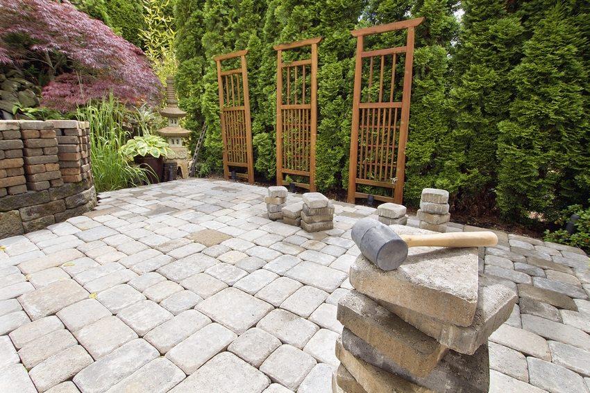Плитка является материалом, который отлично подойдет как для покрытия городских дорожек, так и для мощения на территории загородного владения