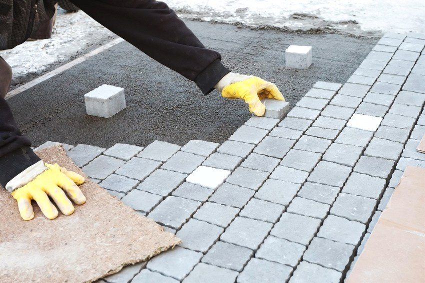 Существуют два способа укладки плитки: с помощью песчано-цементной смеси и песчано-цементного раствора