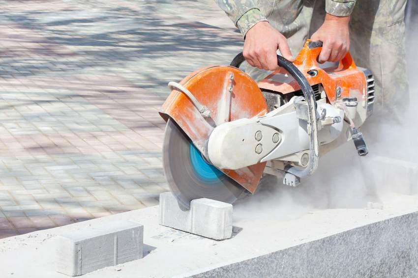 Процесс укладки брусчатки на площадке перед частным домом