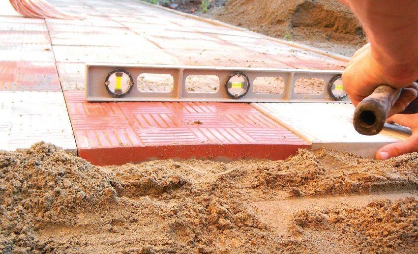 Укладка тротуарной плитки должна производиться на ровном участке