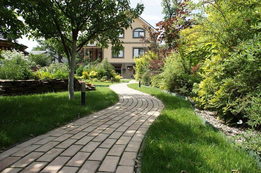 Ухоженные садовые дорожки и красивые площадки возле дома придадут участку эстетичный вид