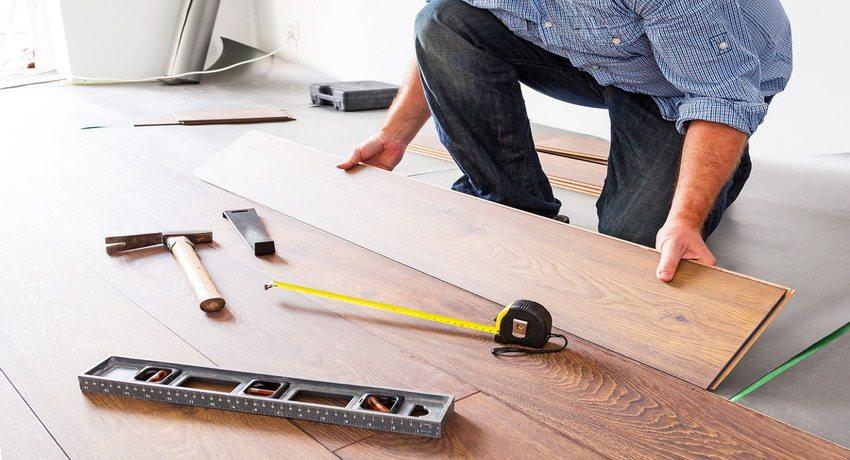 Уложить ламинат на деревянный пол - одна из несложных работ, которая под силу начинающему мастеру