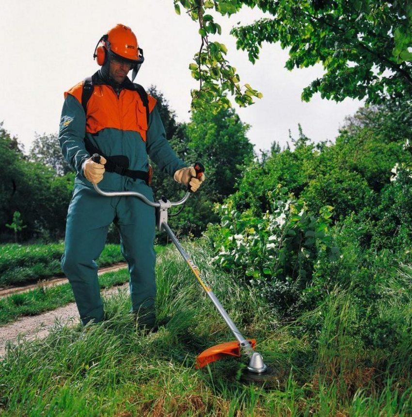 Бензокоса легко справляется со скашиванием травы на любой, даже самой пересеченной местности