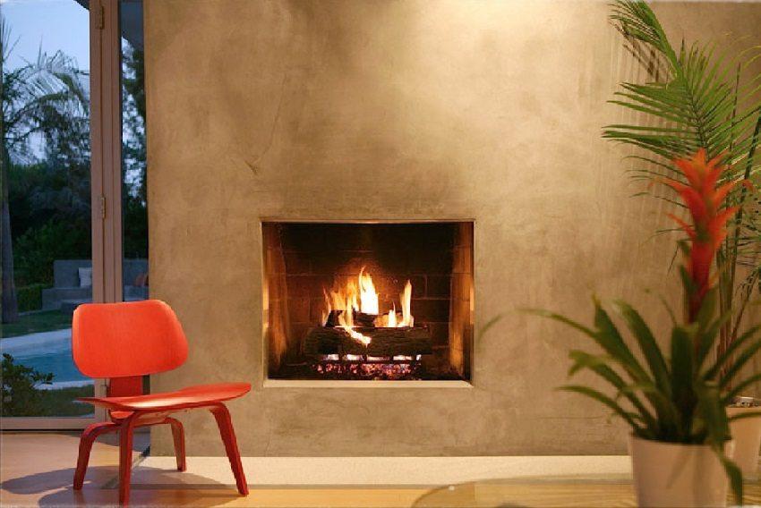Теплый пастельный оттенок стен в каминной комнате