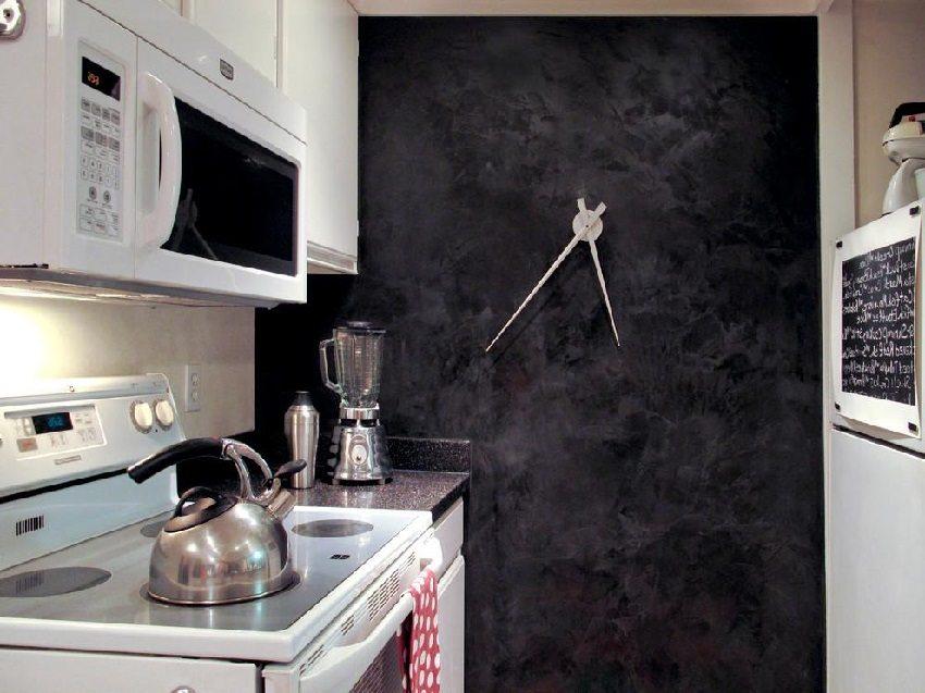 Темная штукатурка в интерьере кухни