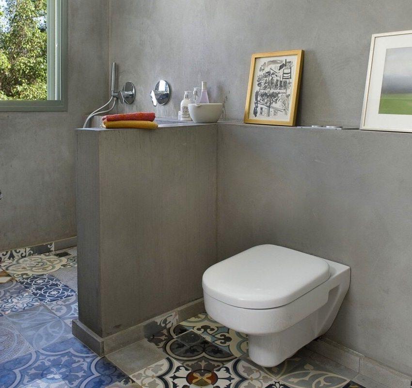 Светло-серые оштукатуренные стены в ванной комнате