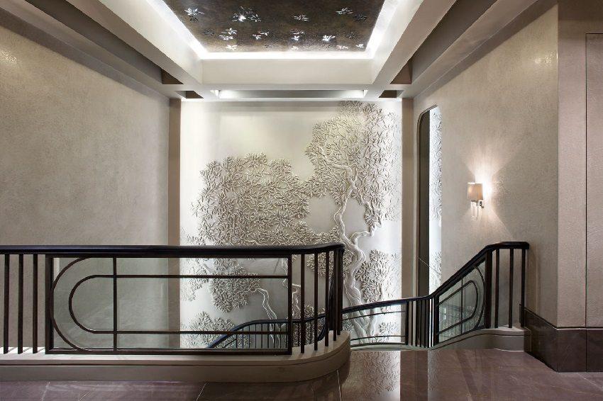 Объемный гипсовый рисунок на стене лестничного холла