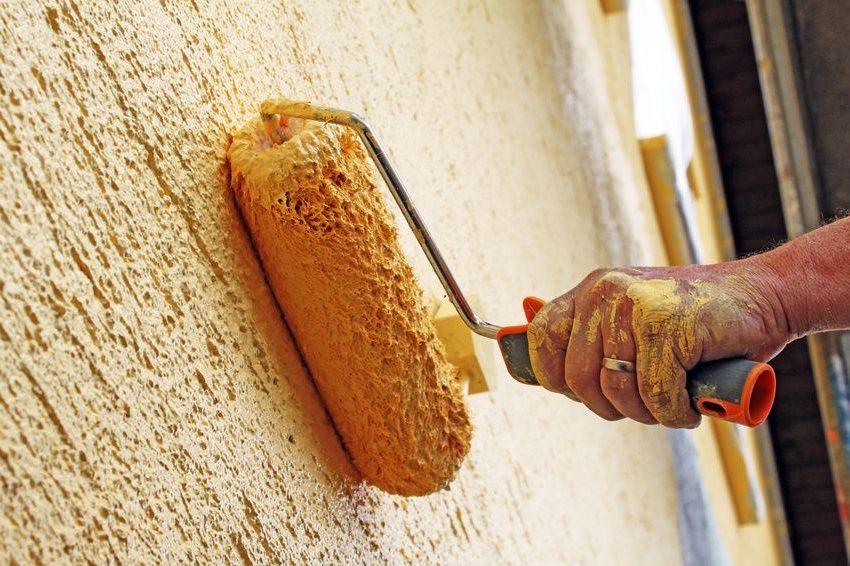 Обработка поверхности стены валиком