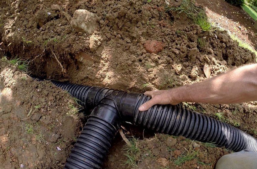 Укладка перфорированных дренажных труб в траншею