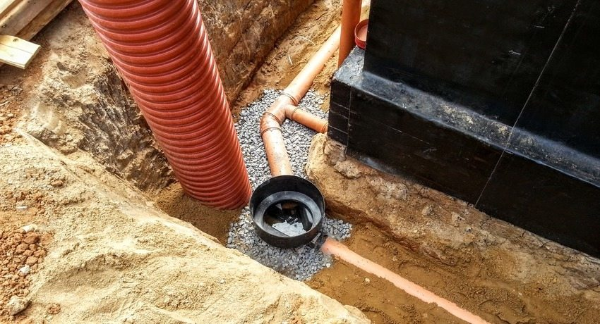 Дренаж фундамента необходим для защиты дома при высоком уровне грунтовых вод