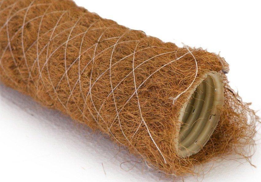 Если почва содержит большое количество глины, рекомендуется использовать дренажные трубы с фильтром из кокосового волокна