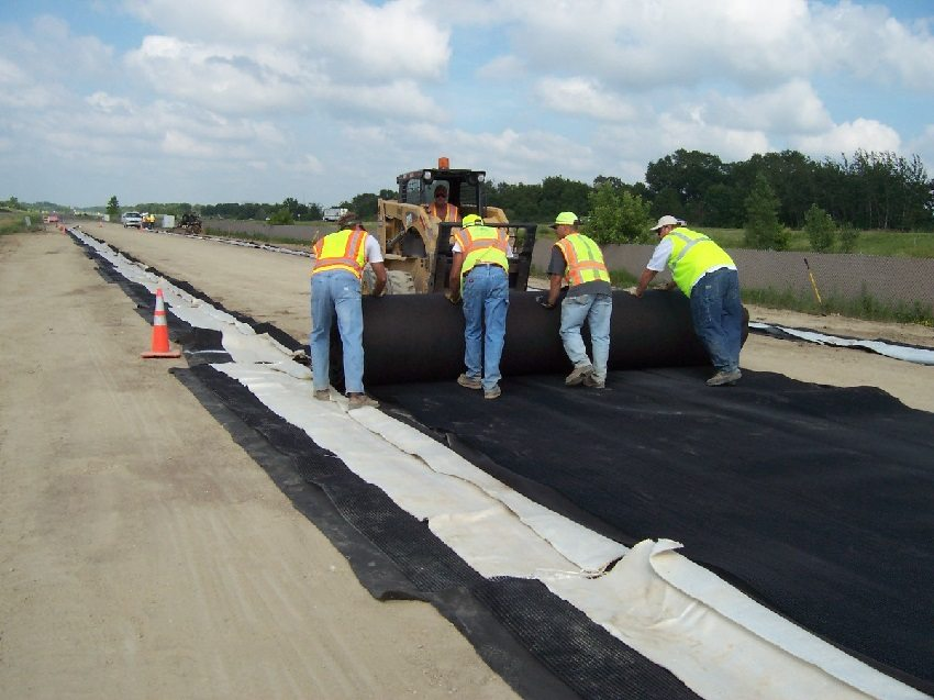 Геотекстиль - распространенный материал, применяемый в строительстве промышленных и жилых объектов, в том числе при укладке автодорог
