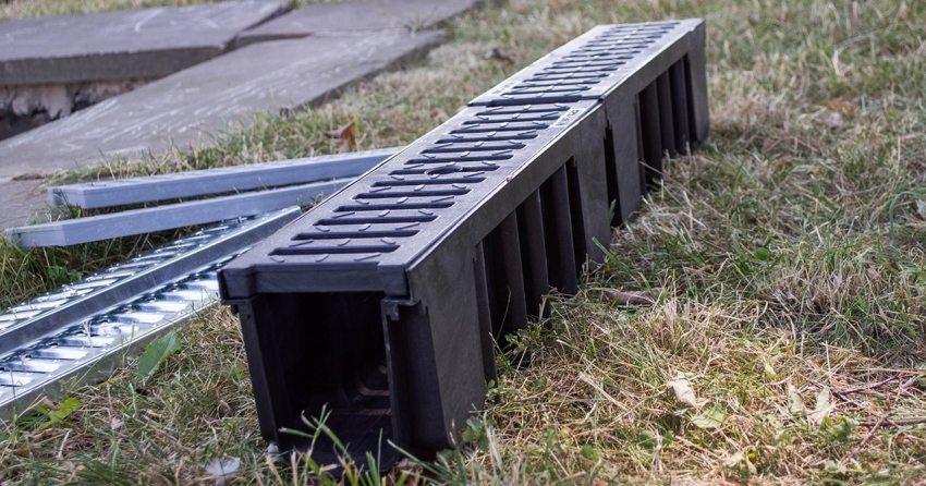 Пластиковый водоотводный лоток с решеткой