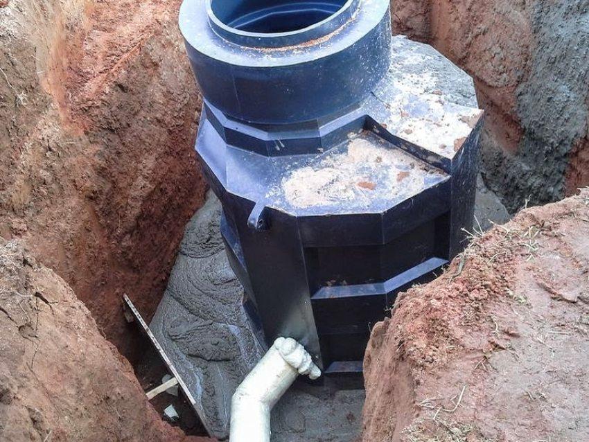 Заливка основания пластикового кессона бетонной смесью