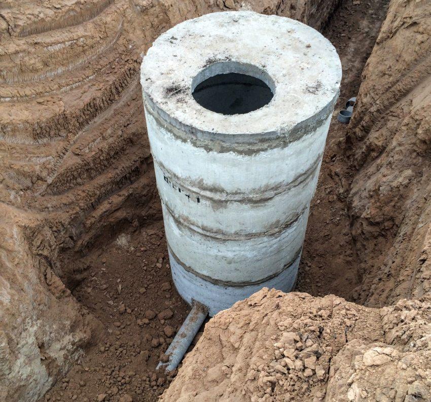 Чтобы обустроить кессон из бетона - нужно подготовить основание, на которое будут устанавливаться кольца