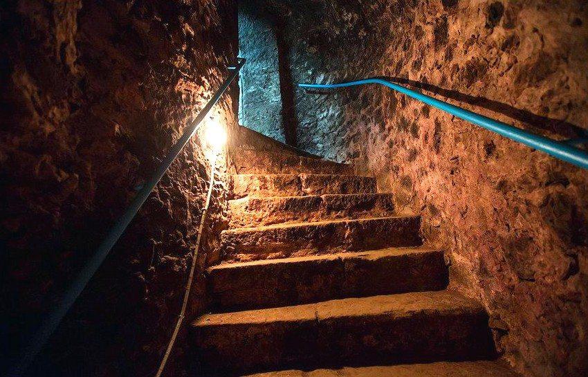 Лампочки в погребе необходимо размещать в сухих местах и обязательно оборудовать колпаками