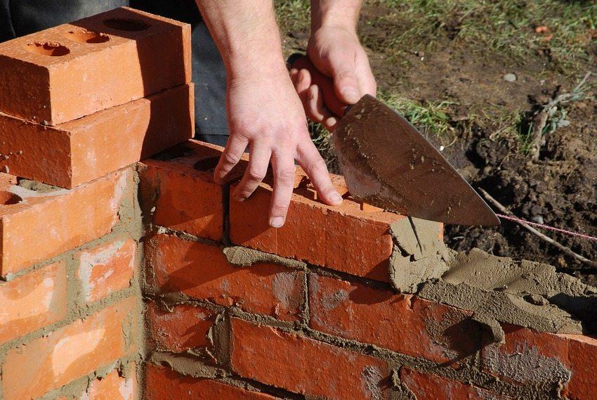 Идеальным материалом для возведения стен погреба является красный кирпич