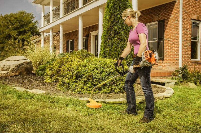 Данной моделью триммера можно не только косить траву, но и срезать тонкие деревья, кусты и сучки при помощи насадок, идущих в комплекте