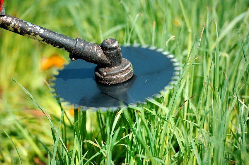 В комплект к бензиновому триммеру производителем могут быть включены насадки из металла или пластика, предназначенные для различных целей
